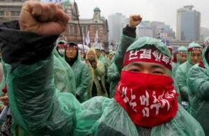 """Miembros del sindicato Korean Railway Workers' Union se enfrentan a penas de hasta cinco años de cárcel y a multas de millones de dólares para compensar las pérdidas ocasionadas por la """"obstrucción de la actividad empresarial"""" durante la huelga que organizaron."""
